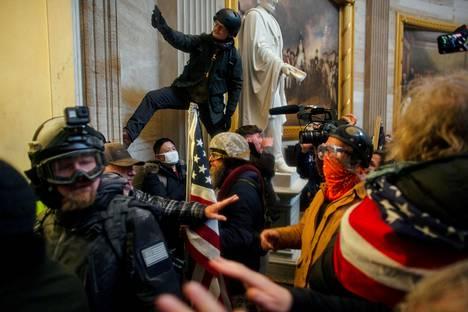 Jotkut valtaajat viettivät sisällä tuntikausia, mutta tiettävästi he eivät lopulta kohdanneet kongressiedustajia silmästä silmään.