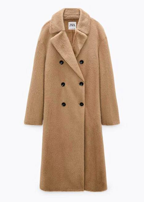 Zaran beigessä tekokarvatakissa on pohkeita hipova helma ja sileä karvapinta, 59,95 € (ovh 99,95 €).