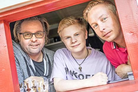 Heikki Hela, Samuel Shipway ja Jani Forsman esittävät Baddingiä eri ikävaiheissa. Iso paino esityksessä on musiikilla.