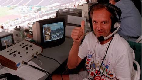 Mauri Myllymäki Ylen selostajana työpaikallaan Atlantan olympialaisissa 1996.
