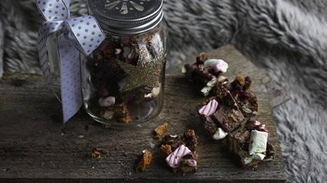 Purita rocky roadit tiiviiseen purkkiin ja anna lahjaksi suklaan ystävälle.