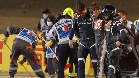 Romain Grosjean selvisi onnettomuudesta hämmästyttävän vähin vammoin.