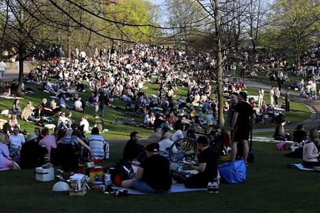 Missä paljon ihmisiä ja kokoontumisia, siellä myös viruksella on mahdollisuus levitä. Kuva on Helsingistä Sinebrychoffin puistosta helatorstain aaton helteisestä illasta.