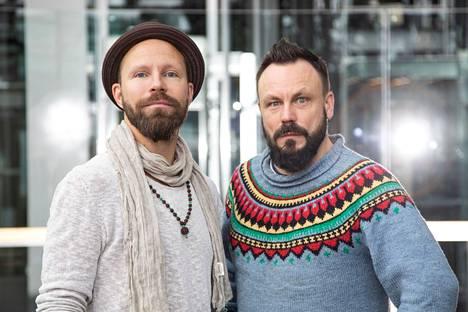 Riku Rantalan (oikealla) ja Tunna Milonoffin Madventures Suomi: Matkaopas (Johnny Kniga 2020) esittelee kotimaisten matkakohteiden helmet.