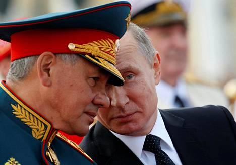 Putinin kanssa paraatiin osallistui Venäjän puolustusministeri Sergei Shoigu.