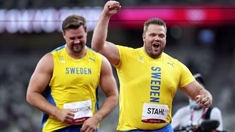 Ruotsin kiekkokarjut Daniel Ståhl (oik.) ja Simon Pettersson pääsivät juhlimaan Tokiossa kaksoisvoittoa.