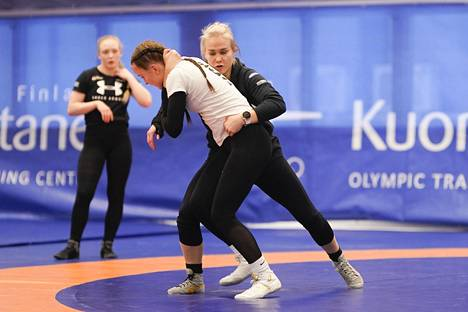 Petra Olli valmentaa nykyään Petra Junior Teamin tyttöpainijoita Kuortaneella. Aliisa Tuomi sai maailmanmestarilta henkilökohtaista oppia tekniikoista.