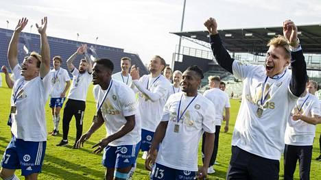 HJK juhli lokakuun alussa Suomen cupin voittoa. Se on vahvoilla myös Veikkausliigan mestariksi. Päävalmentaja Toni Koskela kuvassa oikealla.