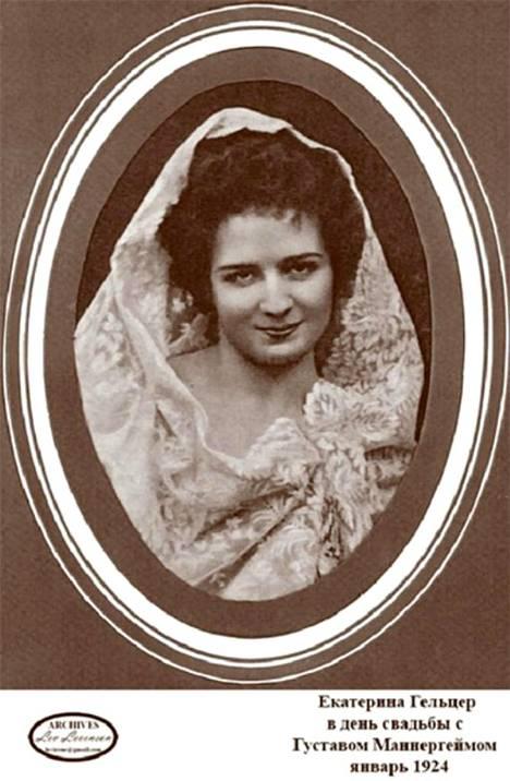 Venäjällä tämä kuva liikkuu varustettuna tekstillä: Jekaterina Geltser hääpäivänään Gustaf Mannerheimin kanssa tammikuussa 1924.