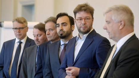 Vasemmalta: KD:n Peter Östman, RKP:n Mats Nylund, vasemmistoliiton Kari Uotila, vihreiden Ozan Yanar, SDP:n Timo Harakka ja perussuomalaisten Toimi Kankaanniemi opposition valtiovarainvastaavien tiedotustilaisuudessa eduskunnassa 18. toukokuuta 2018.