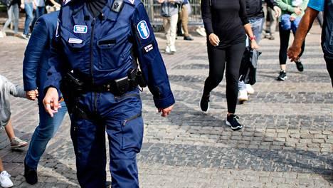 Poliisit vartioivat Esplanadin puiston aluetta ja Kauppatoria Helsingissä Venäjän presidentti Vladimir Putinin vierailun yhteydessä viime elokuussa.