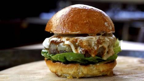 Tomi Björckin burgerireseptissä maistuu cheddar ja valkosipuli.