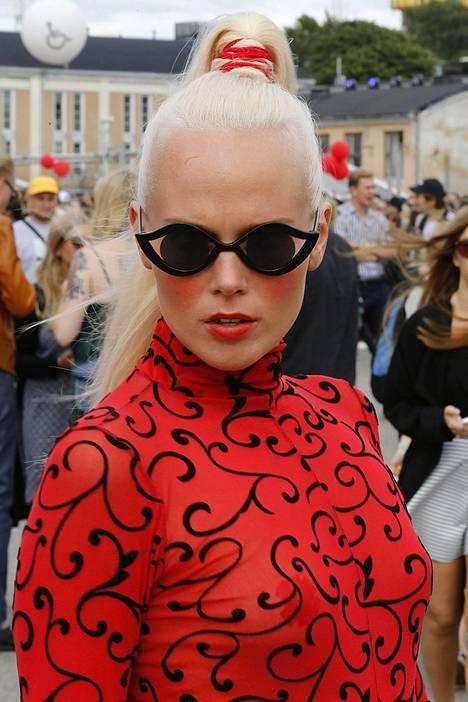 Taiteilijanimellä Munalissu esiintyvä Liisa Vääriskoski pukeutui räväkkään punaiseen ja persoonallisiin laseihin.