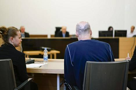 Perheenisä kiisti oikeudessa syyllistyneensä rikoksiin. Mies kertoi poliisikuulusteluissa arvelevansa, että hänet on lavastettu rikoksiin. Miehen mukaan jopa Suomen valtio pyrki estämään sen, ettei hän pystyisi hyödyntämään patenttejaan.
