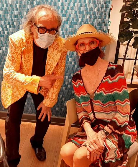 Filosofi Esa Saarinen ja tanssinopettaja Aira Samulin olivat pukeutuneet maskeihin.