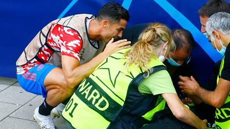 Cristiano Ronaldo kiirehti laukomansa pallon päähänsä saaneen naisen avuksi.
