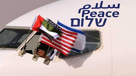 Salaam, Peace, Shalom: rauha kolmella kielellä. Israelin valtuuskunta saapui historiallisella lennolla Abu Dhabiin maanantaina.