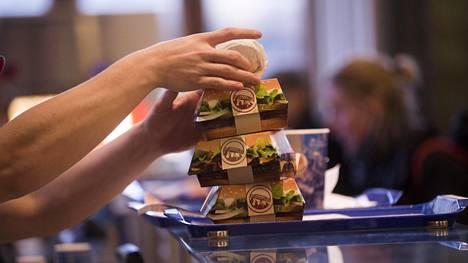 Helsingin rautatieaseman Burger Kingissä hampurilaiset kootaan yhä ihmistyöllä.