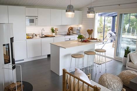 Keittiö ja olohuone saivat valoisan ilmeen.