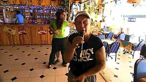Veikko pääsee vetämään karaokea Alanyaan.