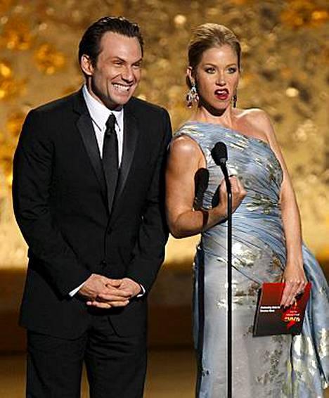 Christina Applegate kertoi rintasyövästään elokuun alussa. Emmy-lavalla hän jopa vitsaili sairaudestaan. Vierellä näyttelijä Christian Slater.
