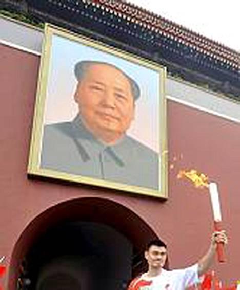 Kiinalainen koripallonpelaaja Yao Ming kantoi soihtua Pekingissä.