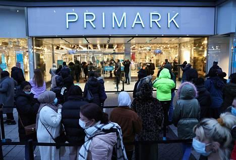 Ihmiset odottivat vuoroaan päästä asioimaan Primarkissa Birminghamissa.