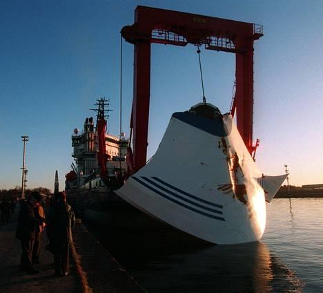 Myrsky irrotti Estonian keulavisiirin, mikä johti laivan nopeaan uppoamiseen.