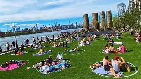Omat kuplat. New Yorkin Brooklynissa nautittiin lämmöstä puistossa, jonne oli piirretty jokaiselle seurueelle oma alue.