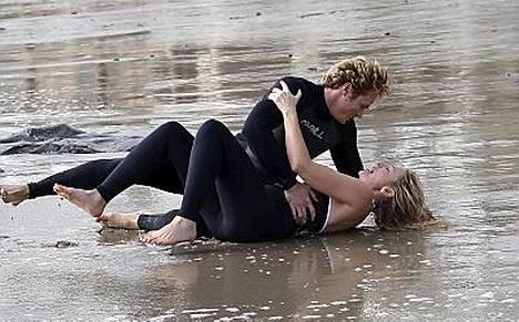 Sinkkuelämän Samantha ja Smith eli näyttelijät Kim Cattrall ja Jason Lewis peuhasivat Sinkkuelämää-elokuvan kuvauksissa Malibussa. Katso muut kuvat oikeasta yläkulmasta!