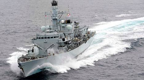 Britannian laivaston fregatti HMS Montrose seurasi British Heritage -tankkeria ja hätisi iranilaisveneet pois.