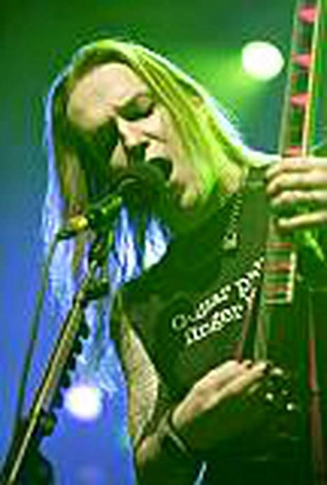 Laulaja-kitaristi Alexi Laiho kärsii olkapäävammasta, kun hän putosi kiertuebussin sängystä.