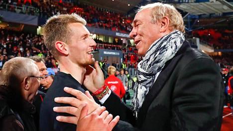 Eintracht Frankfurtin presidentti Peter Fischer kiitti ja onnitteli Lukas Hradeckya ottelun jälkeen.