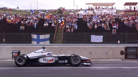 Tuhannet suomalaiskatsojat seurasivat Mika Häkkisen ajamista elokuussa 1998.