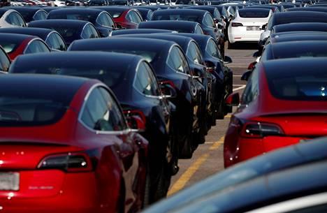 Bidenin visiossa edistettäisiin voimakkaasti sähköautoilua. Nämä Teslat odottivat uusia omistajia Britannian Southamptonissa syyskuussa.