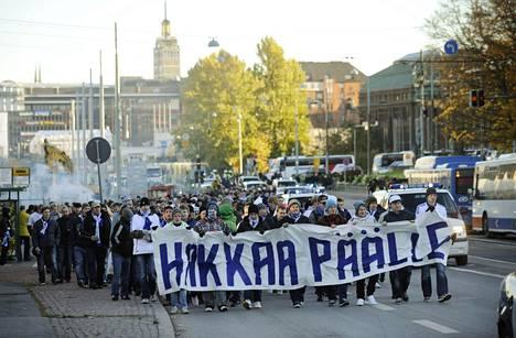 Huuhkajien fanit näkyvät ja kuuluvat Reykjavikin katukuvassa ja stadionilla. Kuva on vuoden 2010 fanimarssilta Helsingistä.