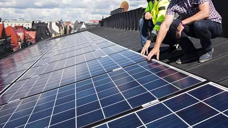 Aurinkopaneelit yleistyvät talojen katoilla.
