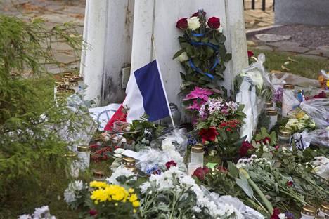 Pariisin terrori-iskuissa kuoli ainakin 129 henkeä.