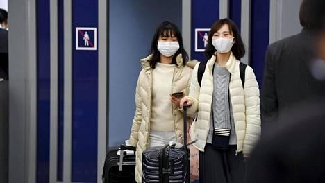 Aasialaisia matkustajia Helsinki-Vantaan lentokentällä.