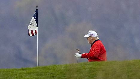 Donald Trump golfviheriöllä lauantaina.
