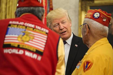 Presidentti Donald Trump tervehtii alkuperäisväestöön kuuluvia veteraaneja Valkoisen talon Oval Officessa 27. marraskuuta 2017.