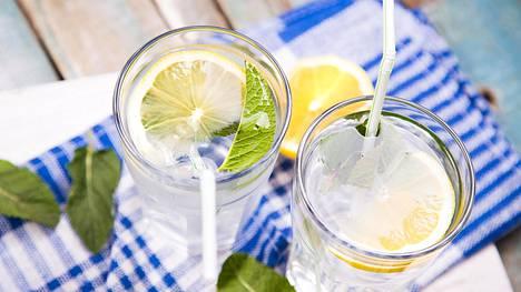 Sitruunavedellä on sanottu olevan monia terveysvaikutuksia.