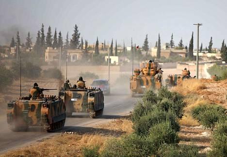 Turkin joukkoja sotilasajoneuvoissa Qiratan kylässä Manbijin kaupungin liepeillä maanantaina. Turkin on kerrottu kasaavan joukkoja kaupungin länsipuolelle mahdollista hyökkäystä varten.