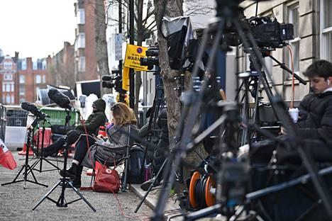 Prinssi Philipin joutuminen sairaalaan aiheutti huolta Britanniassa. Kuvassa lehdistö päivystää sairaalan ulkopuolella.