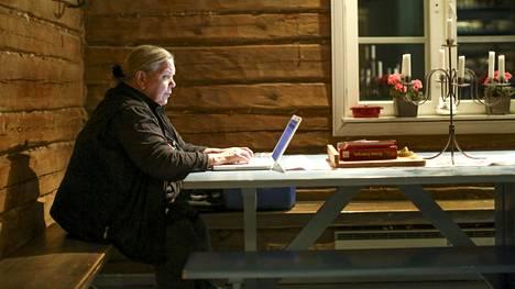 Kirjailija Kirsti Manninen kotonaan Mäntsälässä.