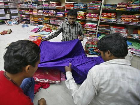 Intialaisista vaatehtimoista löytää runsaasti madrasin kaltaisia keveitä kesäkankaita, kuvioilla, ruuduilla tai ilman.
