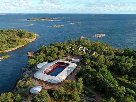 Andersudde sijaitsee Järsön saarella Ahvenanmaalla. Anders Wiklöf on rakennuttanut paikalle myös oman tennisareenan, jolla hän on pelannut muun muassa ystävänsä Björn Borgin kanssa.