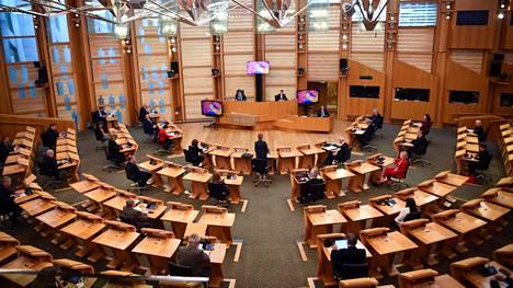 Skotlannin parlamentti sijaitsee Edinburghin kaupungissa.