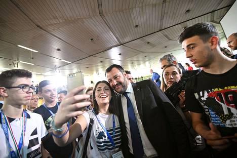 Matteo Salvini poseeraa opiskelijan selfiessä.