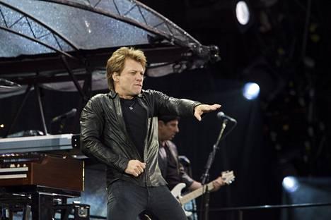 Bon Jovi esiintyi Suomessa 2011. Tuolloin Jon Bon Jovin hiukset olivat vaalean ruskeat.